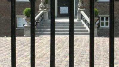 Politie doorzoekt kasteel in Roosteren