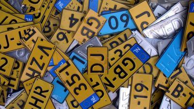 Achtergebleven kentekenplaat verraadt automobilist