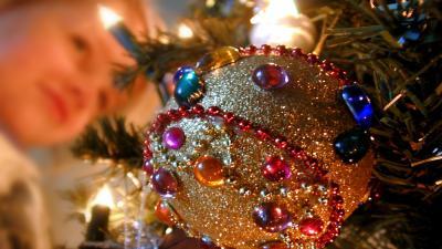 Foto van kerstboom bal en kind   Archief EHF