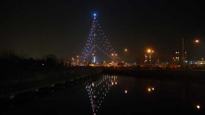 Grootste kerstboom ter wereld weer ontstoken
