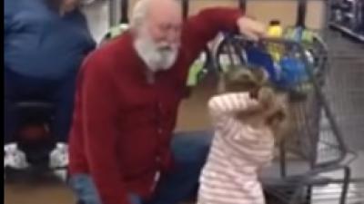 Kleine Sophie ontmoet 'Kerstman' tijdens het winkelen