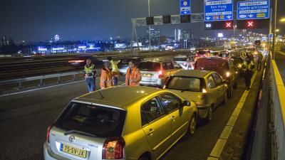Dertien auto's botsen op A16 bij Rotterdam