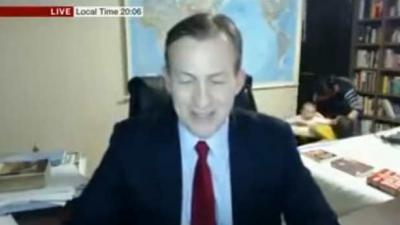 Kinderen verstoren papa's live BCC-interview