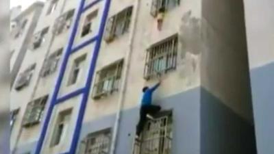 Chinese 'Spiderman' redt uit raam hangende peuter op 4e etage