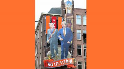 Ter ere van Koningsdag: Koning en Van der Laan nog één keer gearmd in de Jordaan