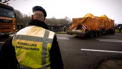Laatste  konvooi met wrakstukken MH17 in Gilze Rijen aangekomen