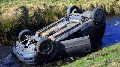 Auto op de kop in de sloot in Zuidbroek, bestuurder ongedeerd
