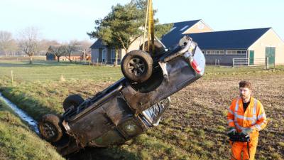 Auto belandt op de kop in sloot bij Anreep