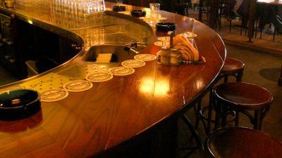 Foto van lege barkrukken in café | Archief EHF