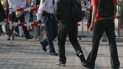 Foto van politie agent op schoolplein | Archief EHF