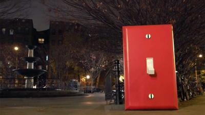 Reusachtige lichtschakelaar op plein in New York, wat zal er gebeuren?