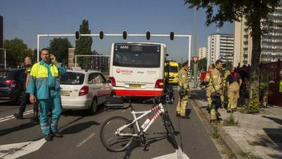 Auto botst achter op lijnbus Schiedam