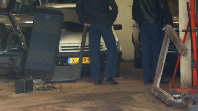 Politie stuit op vijf gestolen voertuigen in loods Volendam