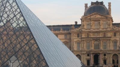 Militair aangevallen door man met kapmessen bij Louvre in Parijs
