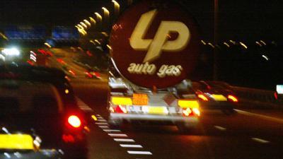 Vrachtauto met LPG in brand A27
