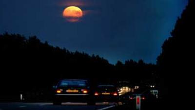 Foto van snelweg in donker met maan   Archief EHF