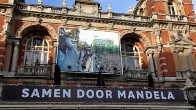 Foto van spandoek Mandela Stadsschouwburg A'dam   BON