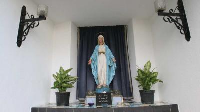 Pool vernielt Mariabeeld met hamer