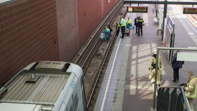 Vrouw gewond na ongeval in metrostation Schiedam