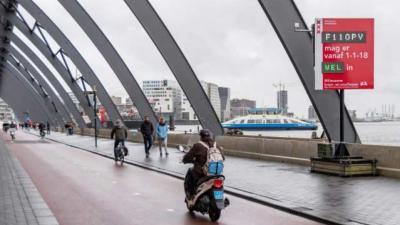 Amsterdam plaatst kentekencheckers voor milieuzone brommers en snorfietsen