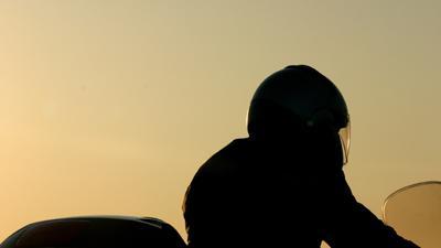 Motorrijder (28) rijdt op tractor die weg oprijdt en overlijdt