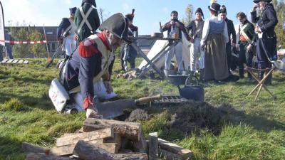 Soldaten Napoleon tonen wapens op het Franse Kamp in Austerlitz tijdens Nationale Archeologiedagen