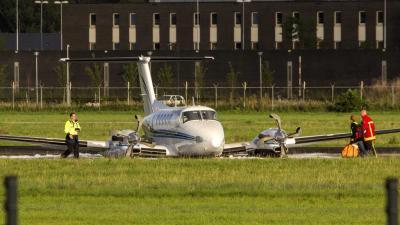 Vliegtuig zakt tijdens landing door landingsgestel