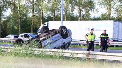 Auto klapt in vangrail op A2