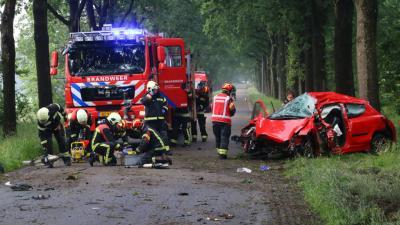Automobilist zwaargewond bij eenzijdige aanrijding in Exloo