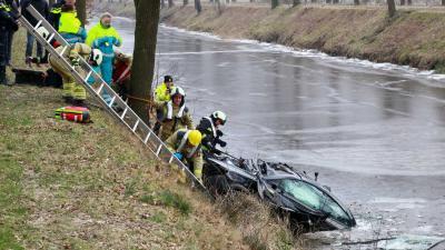 Ongeval Hooghalen voertuig te water