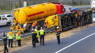 Tankwagen gekanteld op snelweg A2 bij Best