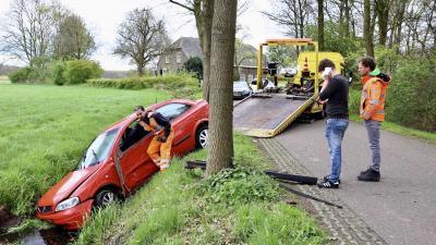 Auto raakt van de weg en belandt in sloot Esch