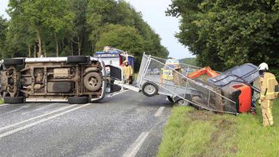 Auto gekanteld nadat chauffeur schrik van ree