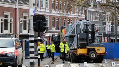 Fietster zwaargewond na ongeval met vrachtauto in Amsterdam