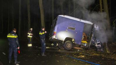 Bestuurder botst met oude bus tegen boom langs Esscheweg in Boxtel