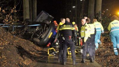Brandweer bevrijdt man en vrouw uit auto na eenzijdig ongeval