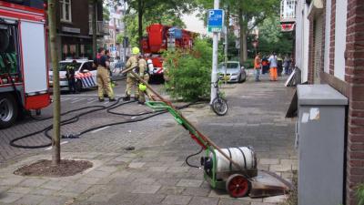 Brand achter gevel door onkruidverbrander