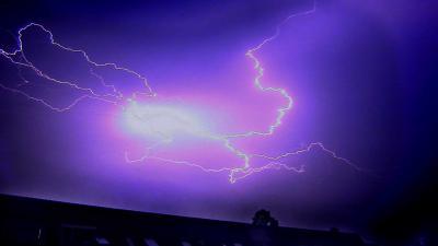 onweer-bliksem-dak-woning