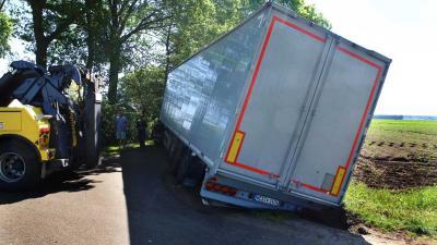 Vrachtwagen zakt weg in berm in buitengebied Sint-Oedenrode