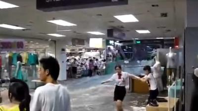 Rivier van water stroomt dwars door Chinees winkelcentrum