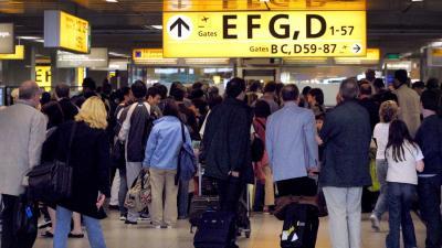 Schiphol vraagt om oplossing voor lange wachtrijen paspoortcontroles
