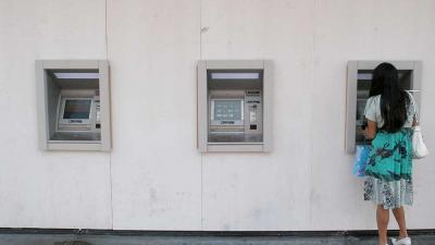 Geldautomaat met pinnende vrouw   Archief EHF