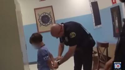 Agenten slaan 8-jarig jongetje in de boeien