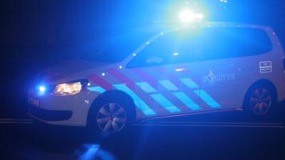 Foto van politieauto in het donker