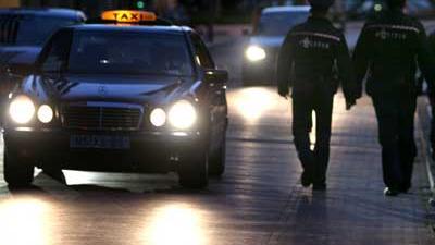 Foto van agenten bij taxi | Archief EHF