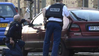 Foto van politie met getrokken pistool | Archief Aneo Koning | www.fotokoning.nl