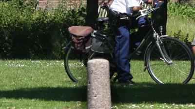 Foto van agent op fiets op grasveld | Archief EHF