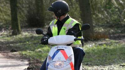 Foto van politie op scooter in bos   Archief EHF