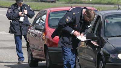 Foto van agenten die verkeersboete uitschrijven | Archief EHF