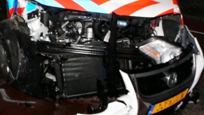 Politieauto na aanrijding total loss